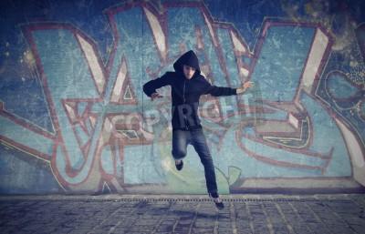 Affisch Ung man hoppar med graffiti i bakgrunden