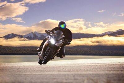 Affisch ung man som rider stor cykel motorcykel mot skarp kurva av ASPH