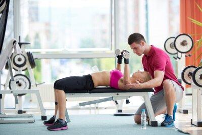 Affisch ung sportig kvinna med tränare motion vikter lyft