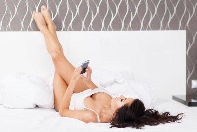 Affisch Ung vacker kvinna i sin säng