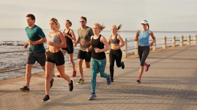 Affisch Ungdomar löper längs stranden strandpromenaden