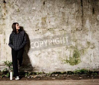 Affisch Ungdomar planerar en graffiti väggmålning på en ledig, tom vägg