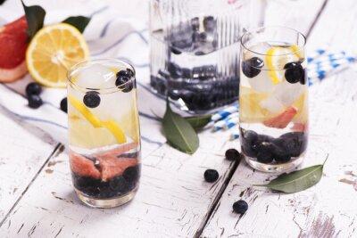 Affisch Uppfriskande hemlagad sommar cocktail med bär och frukter. selektiv inriktning