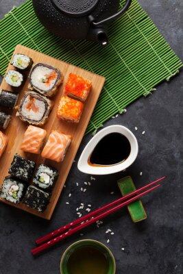Affisch Uppsättning av sushi och maki kast och grönt te