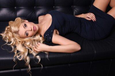 Affisch vacker charmig kvinna med långt blont hår bär elegant klänning och tillbehör