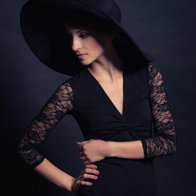 Affisch vacker flicka i svart klänning och hatt