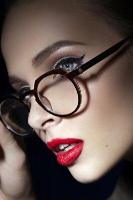 Affisch vacker flicka med röda läppar
