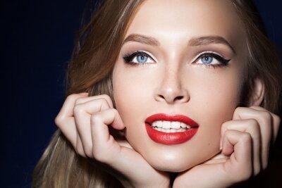 Affisch vacker flicka med röda läppar med händerna i närheten av ansiktet