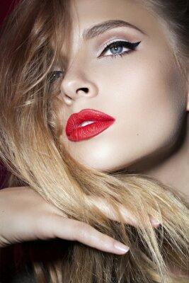 Affisch vacker flicka med röda läppar och handen nära ansiktet