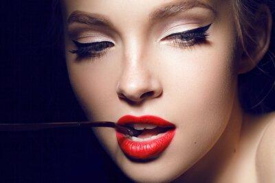 Affisch vacker flicka med röda läppar och hollywood smink