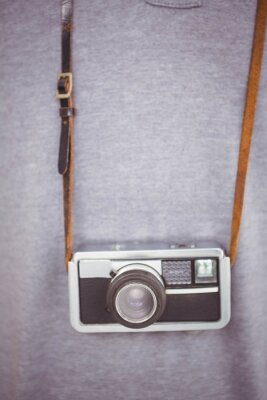 Affisch Vacker hipster håller retro kamera