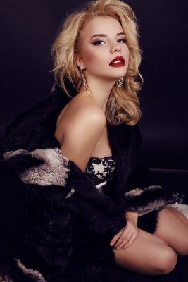 Affisch vacker kvinna med blont hår bär lyxig klänning, päls och bijou