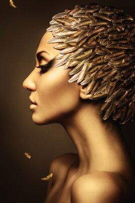 Affisch vacker kvinna med guld fjäder hatt