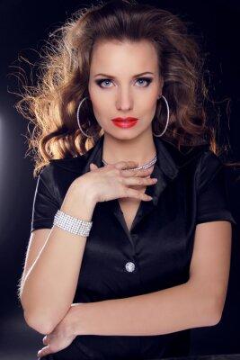 Affisch Vacker kvinna med lockigt hår och kväll make-up. smycken och