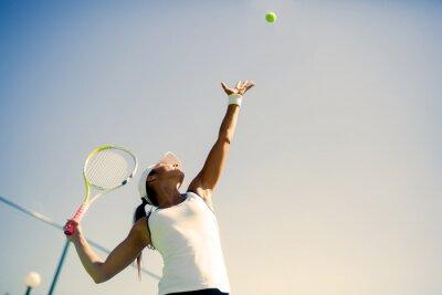 Affisch Vacker kvinnlig tennisspelare servering
