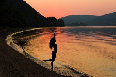 Affisch Vacker och sexig långt hår kvinna på stranden solnedgången