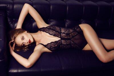 Affisch vacker sensuell flicka med långt mörkt hår klädd i lyxig spets underkläder