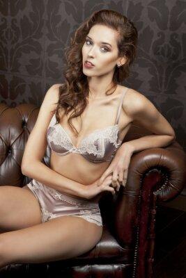 Affisch Vacker, sexig brunett i underkläder i lyxlägenhet