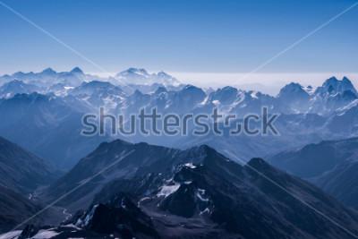 Affisch Vacker Snow Highland Landscape View ovanpå Elbrus. Kaukasusberget på solig dag. Elbrusregioner, norra Kaukasus, Ryssland