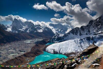 Affisch Vacker turkos sjö högt upp i bergen. Nepal, Everest National Park. Visa från Gokyo Peak (5357 m).