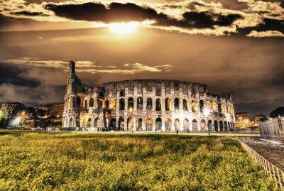 Affisch Vacker utsikt över Colosseum by night