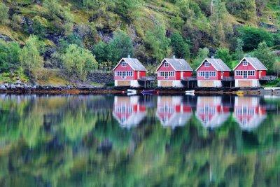 Affisch Vacker utsikt över sjön och fiskebodar i Flam, Norge