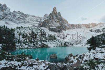 Affisch vacker utsikt vid stora vita bergarter av Dolomites (Dolomites) bergen. Braies Lake (Lago Di Braies) på sommaren. Största naturliga sjö i Dolomiterna, Sydtyrolen, Italien, Europa.