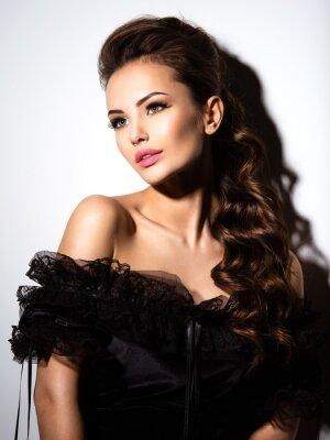 Affisch Vackert ansikte av en ung sexig tjej i svart klänning