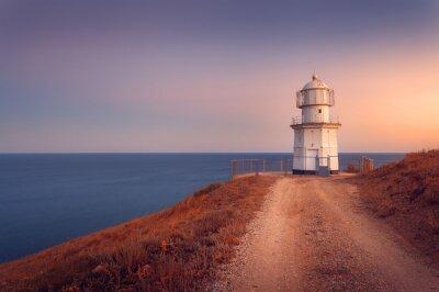 Affisch Vackra vita fyr på havet kustlinjen vid solnedgången. lan