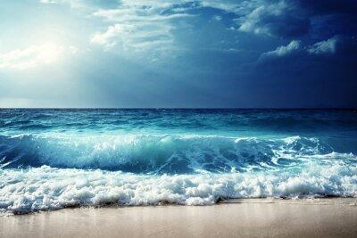 Affisch vågor på Seychellerna stranden