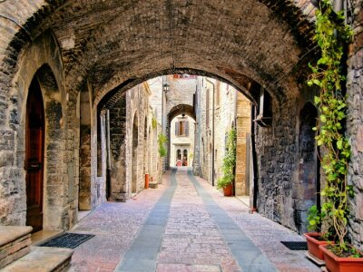 Affisch Välvd medeltida gata i staden Assisi, Italien
