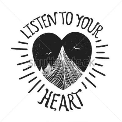 Affisch Vektorillustration med berg inuti hjärtat. Lyssna på ditt hjärta - bokstäver citat. Motivation och inspiration typografi affisch med text. Hälsningskortdesign, t-shirt tryck, scrapbook art