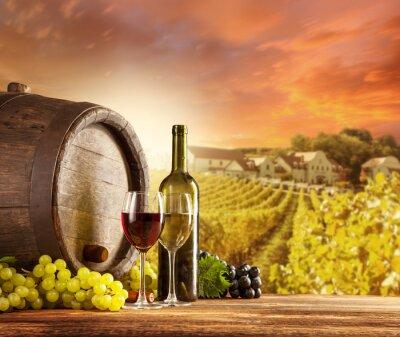 Affisch Vin stilleben med vingård på backgorund