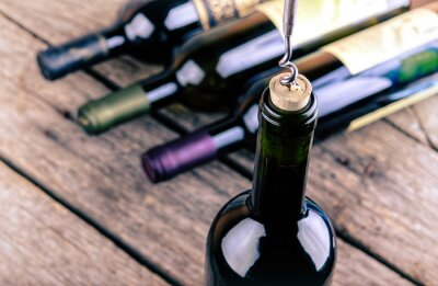 Affisch Vinflaska på ett träbord