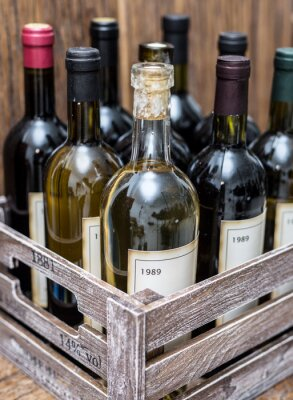 Affisch Vinflaskor i en trälåda.