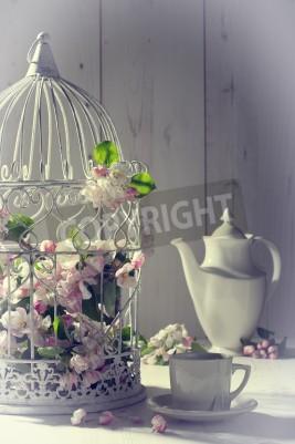Affisch Vintage eftermiddagste med fågelbur fylld med våren blommar