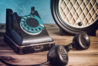 Affisch Vintage telefon och radio på ett träbord