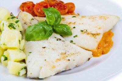 Affisch vit skål av färsk svart torsk med potatis och tomater sås