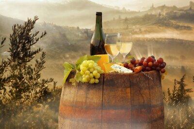 Affisch Vitt vin med fat på vingård i Chianti, Toscana, Italien