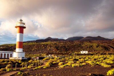 Affisch Vulkaniska landskapet med fyr nära salt fabrik Fuencaliente på La Palma ö i Spanien