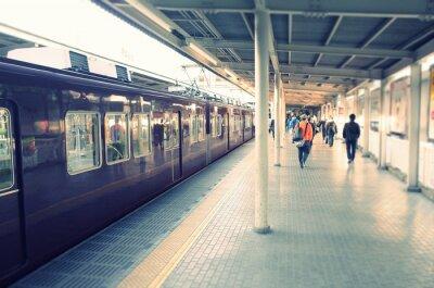 Affisch 駅 の ホ ー ム と 通勤 す る ビ ジ ネ ス マ ン