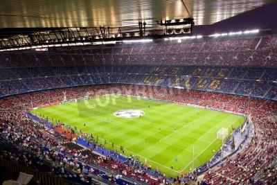 Affisch BARCELONA - SEPTEMBER 13: skara människor i fotbollsstadion Camp Nou innan Champions League matchen mellan FC Barcelona och AC Milan, slutresultatet 2-2, den 13 september 2011 i Barcelona, Spanien.