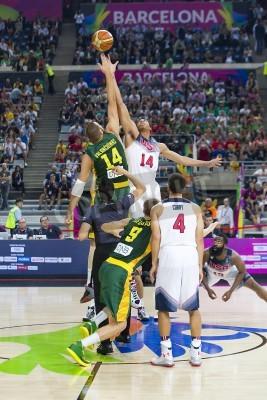 Affisch Jonas Valanciunas och Anthony Davis i aktion på FIBA VM basket match mellan USA Team och Litauen, slutresultatet 96-68, den 11 september, 2014 i Barcelona, Spanien