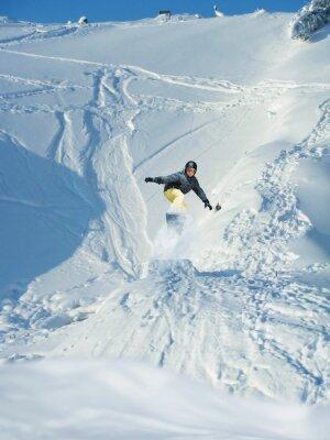 Affisch Åka snowboard. Berg-skidåkare hoppar. Många copy