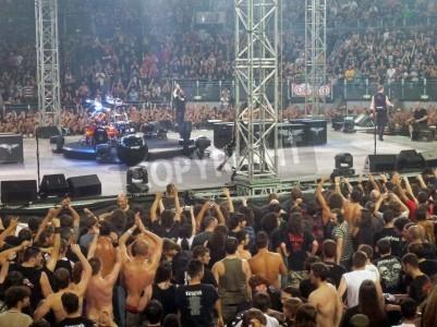 Affisch Konsert av bandet â € œMetallicaâ €, Rom 24 juni, 2009. Personer i närheten av scenen.
