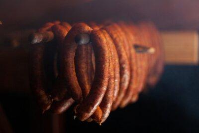 Affisch Traditionell mat. Rökta sausuages i rökeri.