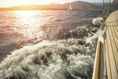 Affisch Yacht, hav överbord, kappseglingen under solnedgång.