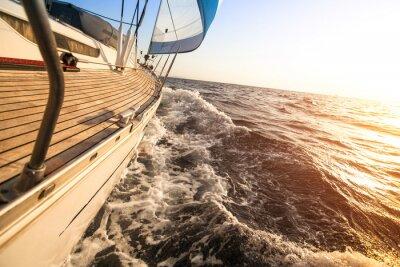 Affisch Yacht seglar mot solnedgången. Lyxbåtar.