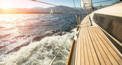 Affisch Yacht seglar mot solnedgången. Segling. Lyxbåtar.
