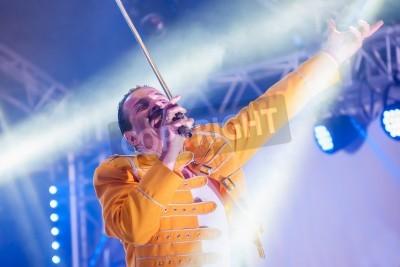 Affisch Yateley, Storbritannien - 30 JUNI 2012: Professionell Freddie Mercury tribute artist Steve Little utför på Götg Festival i Yateley, UK
